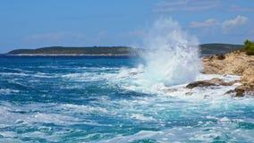 Riva rocciosa del mare adriatico dopo la tempesta stock footage