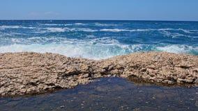 Riva rocciosa del mare adriatico dopo la tempesta video d archivio