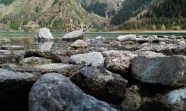 Riva rocciosa del paesaggio Immagini Stock