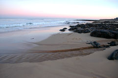 Riva rocciosa e riva sabbiosa al tramonto in Aberdenshire Fotografia Stock Libera da Diritti