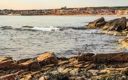Riva rocciosa e una spiaggia di Mar Nero Immagini Stock Libere da Diritti