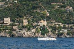 Riva vicina del singolo yacht, vista laterale Immagine Stock Libera da Diritti