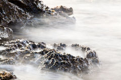 Rivage égéen île de la Grèce, du Thassos - vagues et roches Images stock