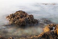 Rivage égéen île de la Grèce, du Thassos - vagues et roches Image libre de droits