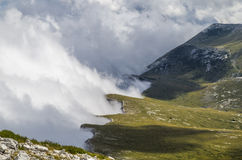 Rivage avec des nuages dans la montagne Images stock