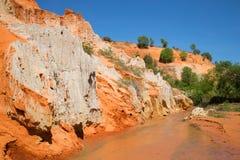 rivage blanc rouge du courant des fées aux environs de Phan Thiet Photographie stock libre de droits