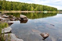 Rivage boisé du lac Images libres de droits