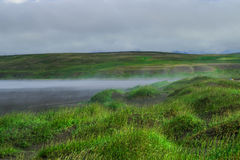 Rivage brumeux à l'Islande du nord image stock