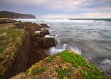 Rivage côtier avec de l'eau l'écoulement de l'eau Image libre de droits