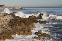 Rivage central de la Californie - roches et ondes Photos stock