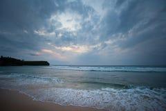 Rivage d'océan pendant le coucher du soleil avec le ciel nuageux Photographie stock