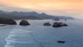 Rivage de Côte Pacifique un jour nuageux photos stock