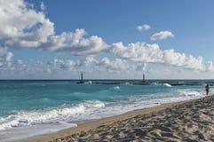 Rivage de l'Océan Atlantique, plage, sable avec des traces des personnes, silhouette d'un homme marchant le long du rivage, vague photos libres de droits