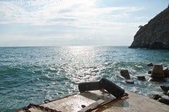 Rivage de la Mer Noire avec les roches et la montagne Image libre de droits