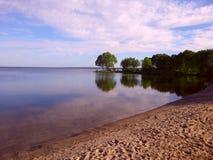 Rivage de lac à l'été photographie stock libre de droits