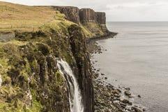 Rivage de mer avec la roche de kilt à l'arrière-plan Photographie stock