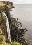 Rivage de mer avec la roche de kilt à l'arrière-plan Photographie stock libre de droits