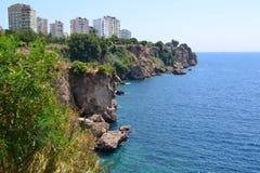 Rivage de mer et d'Antalia image stock