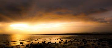 Rivage de mer panoramique de coucher du soleil à la plage de Meon Image stock