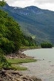 Rivage de rivière de Skeena en Colombie-Britannique, Canada Photographie stock libre de droits