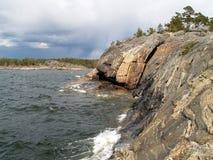 Rivage de roche sur la mer baltique Images stock