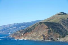 Rivage de route de Côte Pacifique avec le pont Photos libres de droits