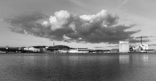 Rivage de ville avec le nuage bas-accrochant photographie stock