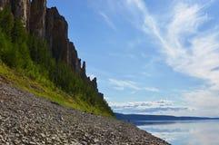 Rivage du fleuve Lena près du parc national dans Yakutia Photographie stock libre de droits