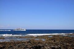 Rivage et bateau Photographie stock libre de droits