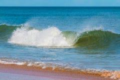 Rivage et vagues d'océan Images stock