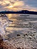 Rivage exposé sous la glace de fonte Fermez-vous vers le haut de la vue pour encadrer entre la glace et l'eau foncée photos libres de droits