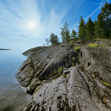 Rivage pierreux de lac Ladoga Photo stock