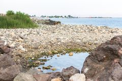Rivage pierreux du lac images stock