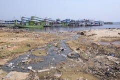 Rivage pollué de Rio Negro à Manaus Photographie stock libre de droits