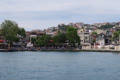 Rivage près de mosquée d'Ortakoy à Istanbul, Turquie photo stock