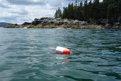 Rivage proche de balise de homard à l'état de Maine image stock