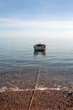 Rivage proche de bateau de pêche Images libres de droits