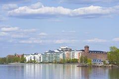 rivage proche de lac de constructions Images stock