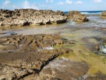 Rivage rocheux à la plage avec des tidepools à Isabela, Puerto Rico photo stock
