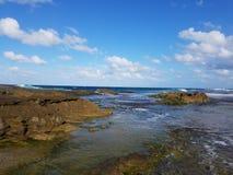 Rivage rocheux à la plage avec des tidepools à Isabela, Puerto Rico photographie stock libre de droits