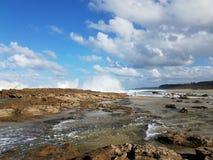 Rivage rocheux à la plage avec des tidepools à Isabela, Puerto Rico images stock