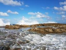 Rivage rocheux à la plage avec des tidepools à Isabela, Puerto Rico image libre de droits