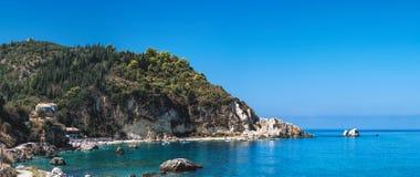 Rivage rocheux d'île de Leucade en Grèce photo stock