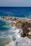 Rivage rocheux de marina de Deiva avec les vagues en cristal, Ligurie, Italie Image libre de droits