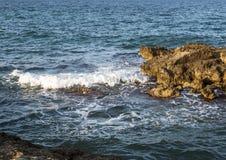 Rivage rocheux de Mer Adriatique chez Borgo Ignazio Resort, Savelletri di Fasano Photo stock