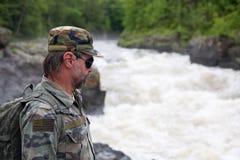 Rivage rocheux de randonneur d'une rivière de montagne. Image libre de droits
