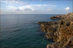Rivage rocheux des roches volcaniques outre de la côte de la Mer Adriatique dans Monténégro image libre de droits