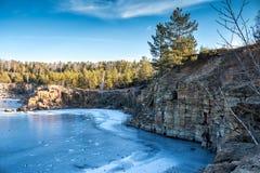 Rivage rocheux du lac en hiver Photos libres de droits