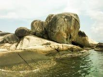 Rivage rocheux en mer et ciel bleu vibrant bleu grandes roches rondes photographie stock libre de droits