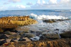 Rivage rocheux par la mer Photographie stock